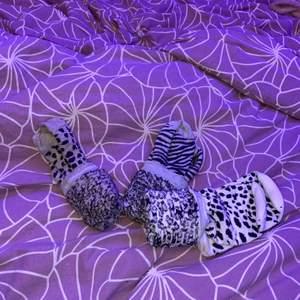 Långa strumpor med djur tryck i storlek 37-40.  1 par för 10kr alla 3 för 20kr. Kontakta privat. Finns fler bilder!!