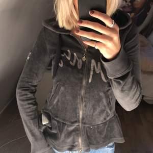 Skön hoodie i en mörkgrå/svart färg! Använd endast ett fåtal gånger🤗