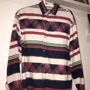 Shit cool skjorta som passar både killar och tjejer. Jag skulle själv säga att den passa bättre på killar😋 köpt secondhand. Jag är 163cm och den är väldigt stor på mig. Min kill kompis prövade den och han är cirka 185cm och den satt perfekt. På vissa vita delar av skjortan är den färgad rosa från tvätten, men inget som syns super mycket😁