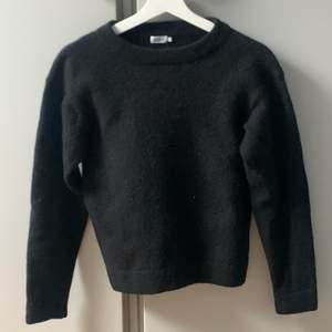 Stilsäker tröja från FilippaK, sparsamt använd. Passar storlekarna mellan XS/S. Perfekt att ha över en skjorta eller t-shirt nu i vinter.