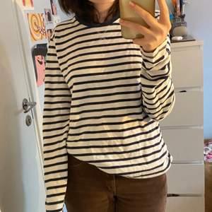 Randig tröja som jag fick för ca 1 år sen, har inte använt den på jättelänge därför säljer jag den :) Jättebra skick! Vet inte riktigt vart den är ifrån, tror kappahl dock. Står storlek M men sitter snyggt på mig som brukar ha S