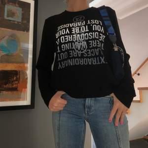 Svart tröja med vitt och grått tryck i storlek s från zara. Säljer för 65kr exklusive frakt.