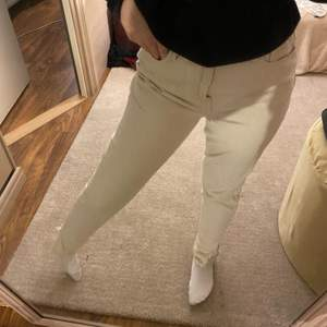 snygga beige byxor, perfekta nu till hösten. Dem har även en slits som är jätte snyggt över skorna.