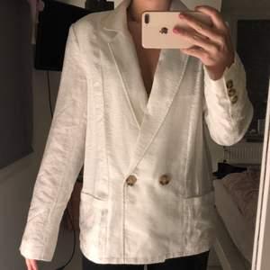 Säljer denna blazer i linne från Nelly i strl 36. Använd en gång, så den är i väldigt bra skick, säljer då det inte riktigt är min stil längre. Kan mötas upp i Norrköping eller skickas via posten, köparen står för frakten. Betalning sker via Swish:)