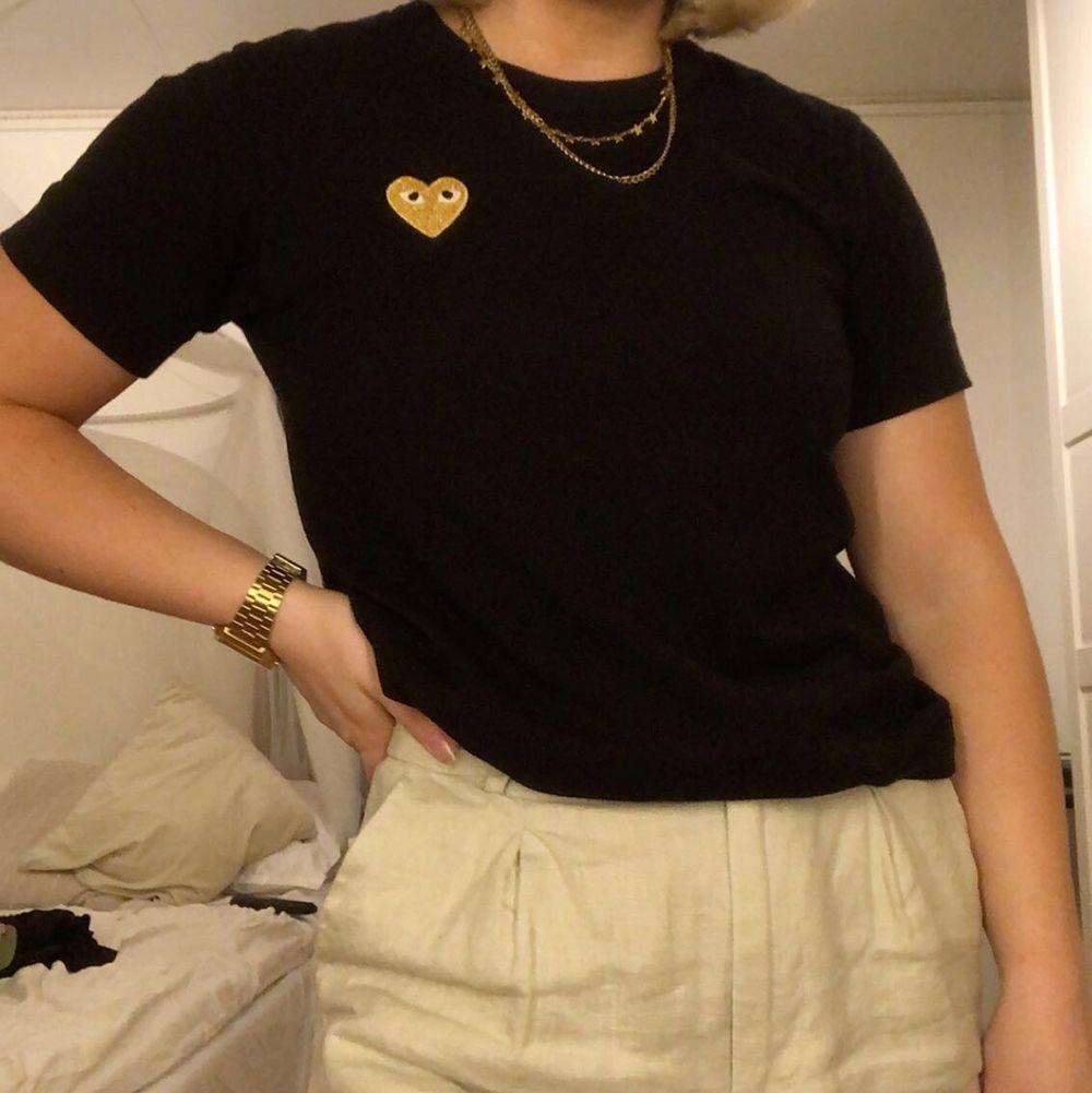Intressekoll på denna T-shirt från CDG med guldig logga. Knappt använd 💛 . T-shirts.
