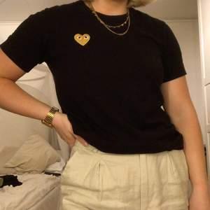 Intressekoll på denna T-shirt från CDG med guldig logga. Knappt använd 💛