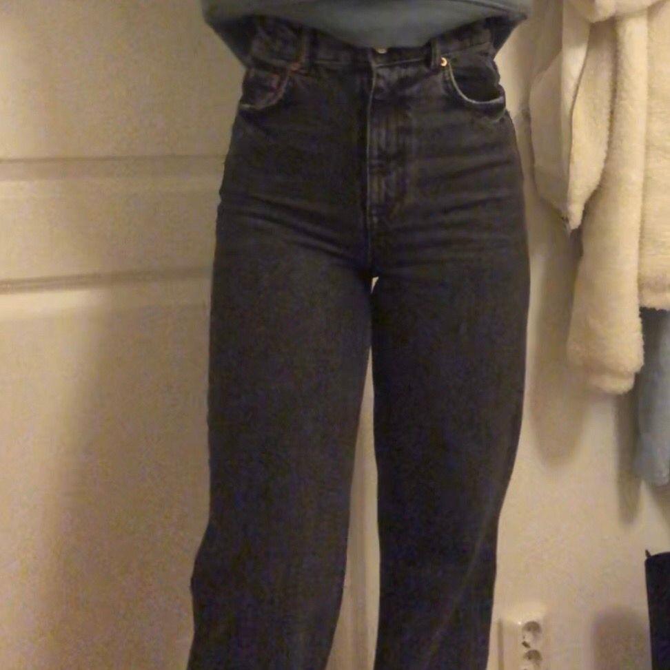 Nya jeans från zara som jag har klippt så de passar mig som är 1.60💕. Jeans & Byxor.