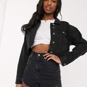 En jeansjacka från ASOS design i storlek 40. HELT NY MED PRISLAPP KVAR (glömde att returnera). Nypris 419kr jag säljer för 230kr.