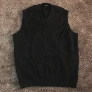 Sjukt fin trendig väst i grå/svart färg. Jättefin att stoppa T-shirt under. Sjukt trendig men behöver pengar. Passar många storlekar!