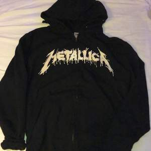 Metallica ziphoodie i nyskick med nice passform och coolt tryck på ryggen köpt på punktshop för 500kr. Använd en gång, vid minsta fundering meddela mig ( frakten är inräknad i priset :)