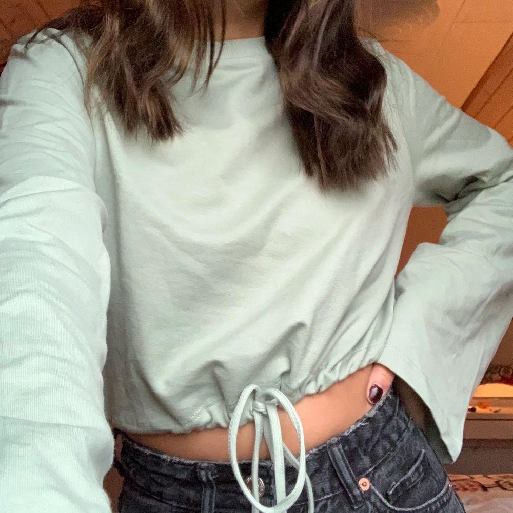 Jättefin tröja från nelly med snören så man kan framhäva midjan. Färgen är som på bilden. Använd en gång så den är helt ny🥰. Tröjor & Koftor.