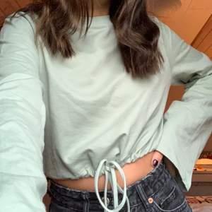 Jättefin tröja från nelly med snören så man kan framhäva midjan. Färgen är som på bilden. Använd en gång så den är helt ny🥰