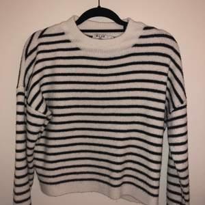Stickad randig tröja, Storlek M, kan mötas vid t-centralen eller fraktas.