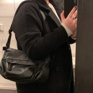 En stilren snygg väska med detaljer. 💜 Kan mötas upp i Falun eller skickas mot frakt.