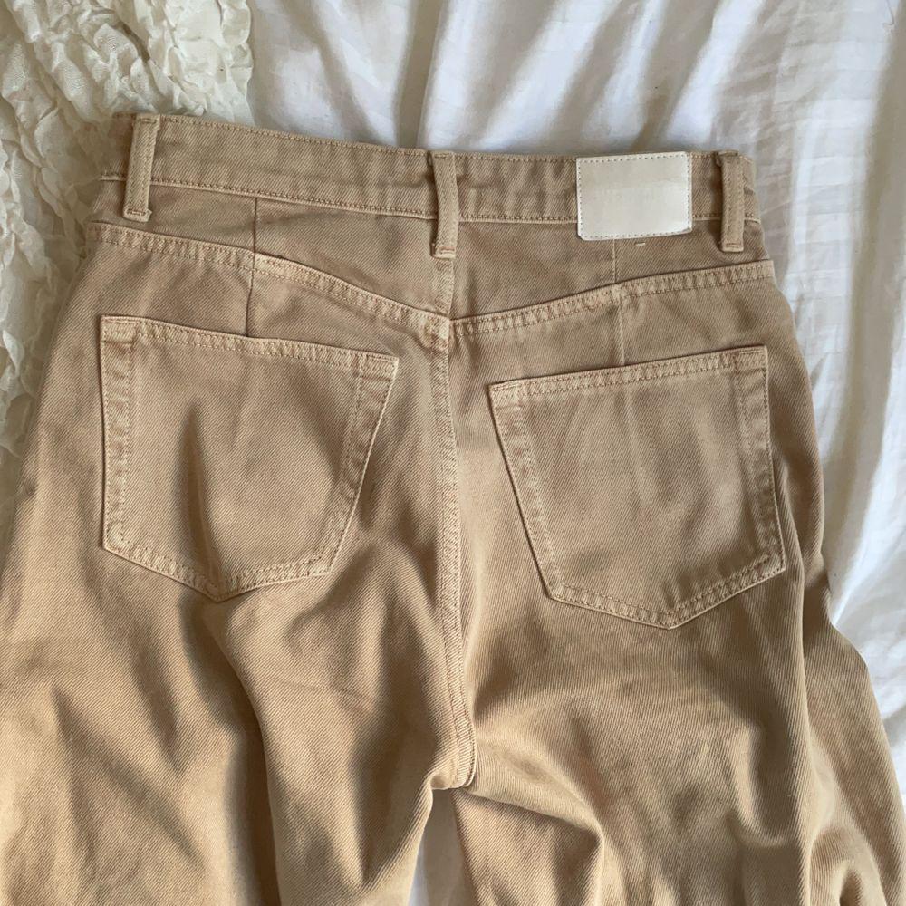 Jättesnygga jeans i modellen ACE från Weekday i storlek W 26 L 30 (motsvarar ungefär en storlek S, jag är 167 cm). Jag upplever inte att jag passar så bra i beige så det är därför jag säljer dem. Använts kanske 5 gånger totalt så väldigt fint skick. Köparen står för frakten som tillkommer 💖. Jeans & Byxor.