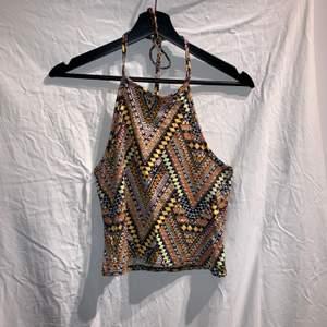 Coolt linne i orange gula färger med ett fint mönster. Den är häftig och det finns många styling möjligheter. Den säljs då den är för liten.