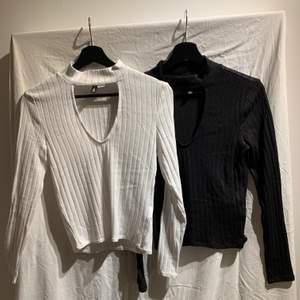 En svart och en vit tröja med urringning i Stl S.  Tröjorna är tunna och anses vara normal passform. endast använd få gånger och är i bra skick. Säljs då dom inte används