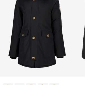 Säljer min svarta Svea jacka stl XS, inköpt förra året, nypris 3499 kr