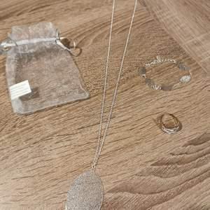 Jätte fint helt nytt oanvänt smyckes set med blad. Halsband, armband och Reglerbar ring. Köparen står för frakten och jag tar alltid +2 kr för emballage