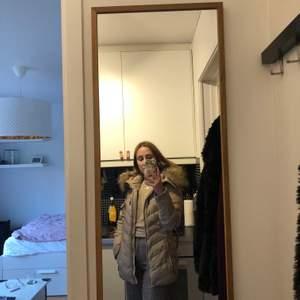 Köpte denna jacka för två år sen och knappt hunnit använda den! I och med bristande garderobsutrymme vill jag därför sälja den och hoppas att den kommer till användning för någon annan.  Beige medellång jacka från HOLLIES STOCKHOLM. Storlek: 36 Färg: beige, silver detaljer, mönstrad insida Nypris: ca 3500kr Mitt pris: 900kr  Finns i Uppsala, skicka går också (OBS mottagare står för porto!)