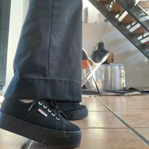 Supercoola svarta superga sneakers köpta för 800 kr. De är helt oanvända och därför är de i helt nyskick. Köparen står för frakten☺️