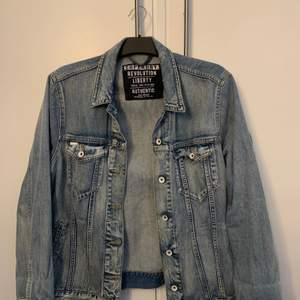 Säljer nu min fina jeansjacka från superdry. Jackan har inga slitningar eller fläckar! Köptes i superdry butiken för 1000kr men mitt pris är 300+frakt på ca 100kr, betalningen sker via Swish.