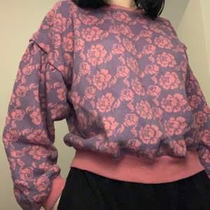 """En jätte fin """"stickad"""" tröja med blommor på!💗 Jättebra skick! Säljer pga ingen användning! Passar XS-M!💗 Kan mötas upp eller frakta!"""