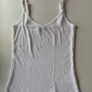 Budgivning i kommentarerna, från 50kr. Frakt ingår ej. Jag säljer ett vitt linne, i st M från lager 157. Fint skick, super skönt. Swipe för fler bilder.
