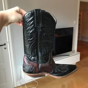 Bruna och svarta skinn cowboy boots köpta secondhand