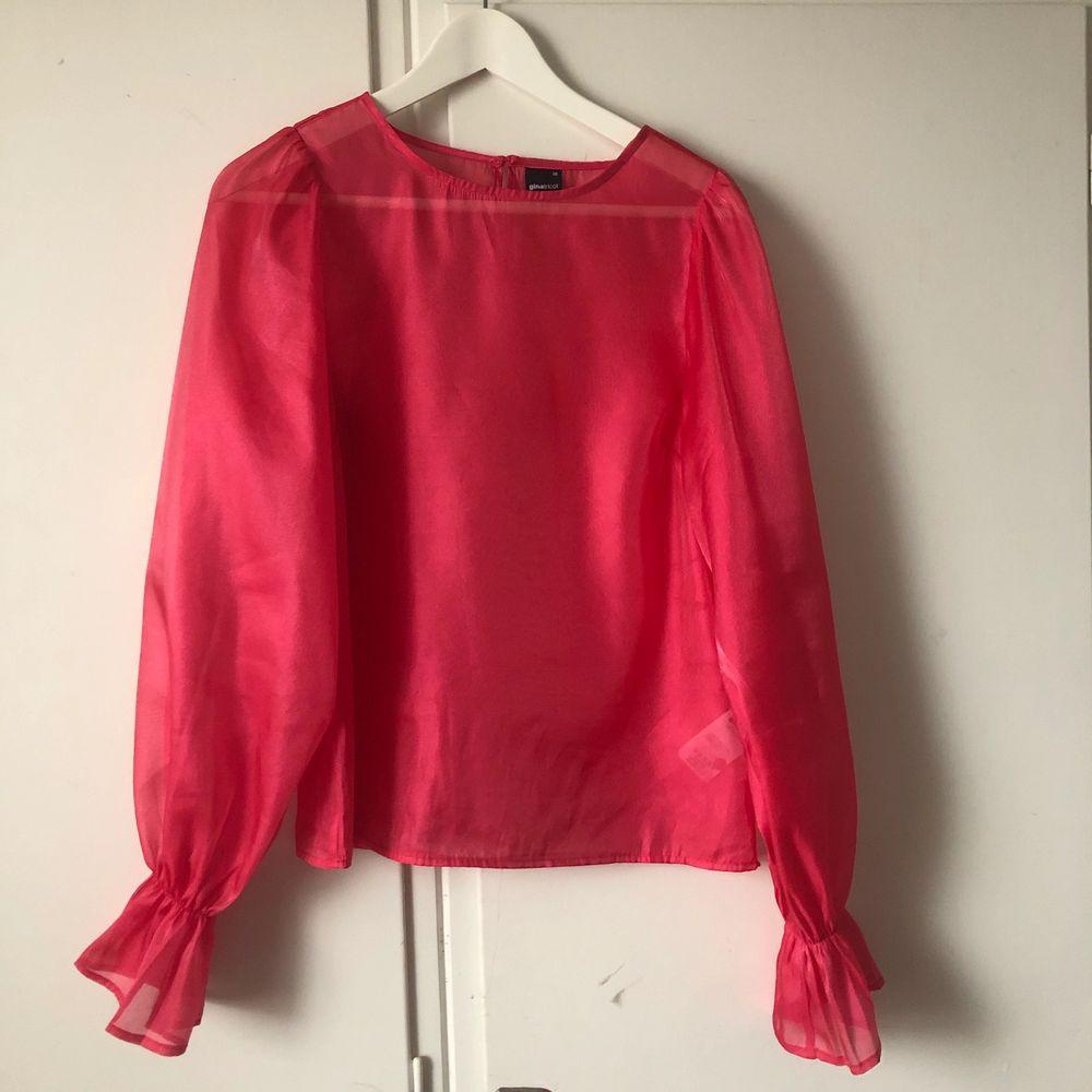 Sjukt fin tröja som passar till finare tillfällen 💞 använd 1 gång. Inte alls stretchig så passar ingen med mer än C kupa tyvärr.  . Skjortor.