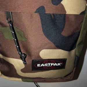 en nästan oanvänd eastpak väska som är 20x16 cm