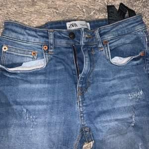väldigt fina jeans från zara och är i väldigt bra skick, storlek Xs och är lite korta i modellen, Har slitningar på benen och längst ner men så var dom när jag köpte dom!