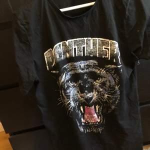 Lång T-shirt med panter från Nelly strl m