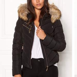 Säljer nu min jacka från Hollies i modellen Chatel Black! Det är en äkta Hollies, därav äkta päls på luvan men den är avtagbar. Super varm och skön, väl omhändertagen, vill ni se fler bilder skickar jag gärna i chatten. Storlek 34.