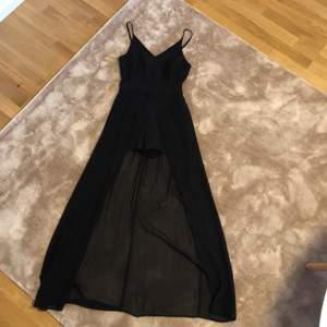 Svart klänning med shorts underdel som sitter ihop med själva klänningen. Använd en gång. Köparen står för frakt . Jag är 168 o längden är perfekt :) <3
