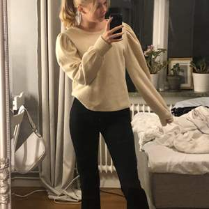 Stickad tröja med ballong ärmar från zara!!🥰💞så fin tröja som jag endast använt 2 gpnger!💕nästan oanvänd. Stl M men passar en s!💕 säljer för 150 men kan gå ner i pris