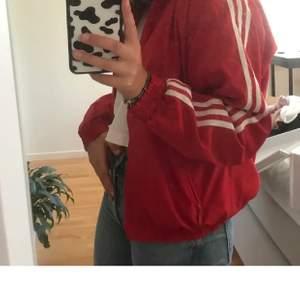 Säljer min adidas jacka som jag köpte här på Plick, gillar den jätte mycket men den kommer inte till så mycket användning längre. Pris kan diskuteras!💗💗 står ingen storlek men skulle säga S! (Lånade bilder)