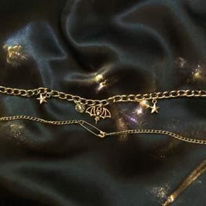 ✨2 nya superfina halsband✨  Silver halsband med 5 berlocker- 90kr+frakt.  Silver halsband med en liten säkerhetsnål- 60kr+frakt.  DM'a vid intresse💕