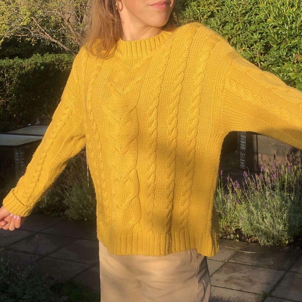 Säljer denna super söta stickade tröjan från zara. Passar perfekt nu till hösten🍂! Kommer sälja denna för 70kr om inte flera intresserade, storleken är xs men passar mig som är en xs. Frakt tillkommer. Stickat.