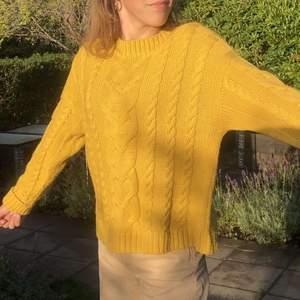 Säljer denna super söta stickade tröjan från zara. Passar perfekt nu till hösten🍂! Kommer sälja denna för 70kr om inte flera intresserade, storleken är xs men passar mig som är en xs. Frakt tillkommer
