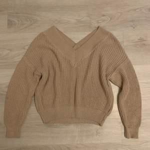 Super fin beige stickad tröja ifrån nakd! V-ringad både i bak och i fram.