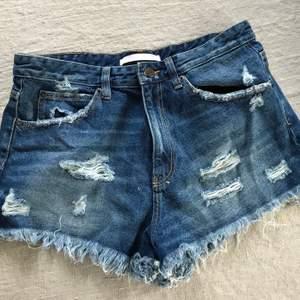 Oanvända jeansshorts den Zara. Köparen står för frakten!