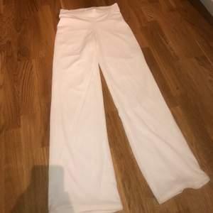 Vida vita byxor, aldrig använda, endast testade. Ifrån NLY Trend. Storlek S. Jag är runt 1.65-1.66, på mig är byxorna lagom i längden, dvs inte för långa eller för korta! :)
