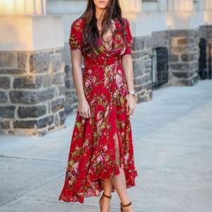 Hej, jag är helt förälskad i denna  denim & supply Ralph lauren red floral dress. Hör av er om ni känner för att sälja eller känner någon som har den i garderoben och vill sälja. 💕