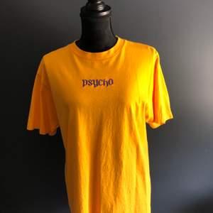"""Cool """"Psycho"""" t-shirt i storlek M. Köpt second hand men i väldigt bra skick. Säljer för 100kr"""