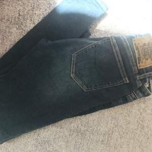 Ett par i princip oanvända jeans från Crocker! Klippt upp en slit på sidorna där nere. Frakt tillkommer 🤗