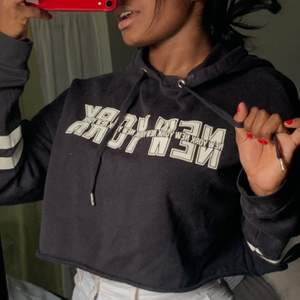 Denna är använd en del men säljs därav billigt :) En snygg tröja men den är för liten för mig och tröttnat på den 🤍 Frakt tillkommer vid intresse