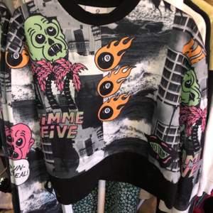 Mönstrad sweatshirt från collusion köpt på asos säljer då den inte används, Stl S men är som en M, 200kr+frakt är det fler intresserade är det budgivning