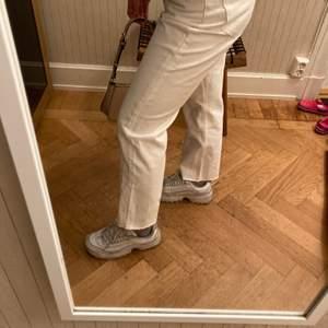 Trendiga vita raka jeans från zara i populär modell. Jättesnygga och i i superbra skick. Använda ett fåtal gånger. Säljer eftersom att de tyvärr är för små för mig.