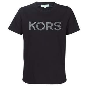 Skön t-shirt med tryck av runda nitar från MIKAEL KORS. T-shirten är tillverkad i en härlig bomullskvalitet och passar bra till vardags. - Mjuk, stretchig kvalitet - Rundad halsringning - Rak passform